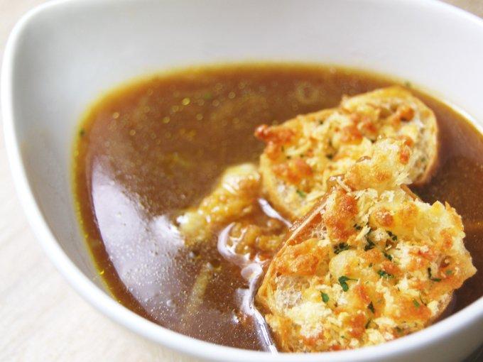 お皿に移した「こんがりチーズのオニオンスープ」のアップ画像