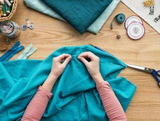 古い洋服が生まれ変わる! ミシンを使わずデニム&Tシャツをリメイクする方法