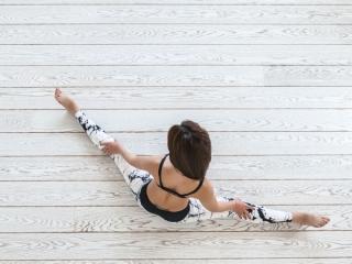 開脚をしている女性の上から画像