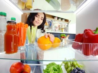 冷蔵庫の中を確認する女性