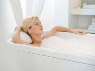 女性がお風呂に入っている画像