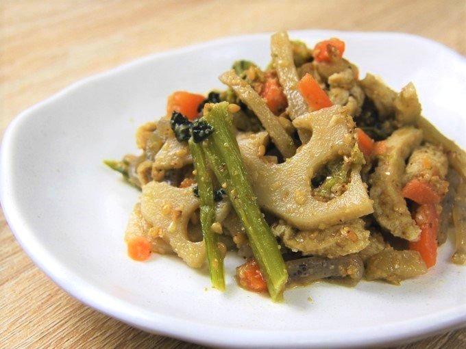お皿に移した「根菜の胡麻和え」のアップ画像