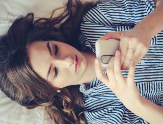 睡眠時に行うだけでいつの間にか「スマホ依存」から脱却するおまじない