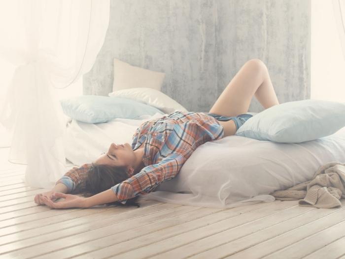 寝っころがる女性