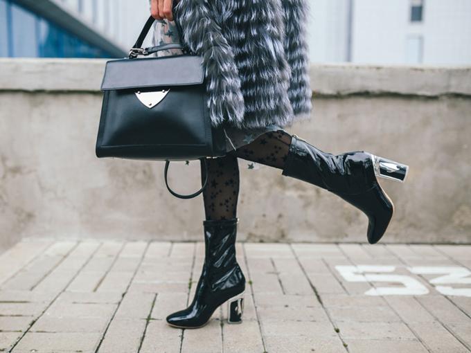 タイツとブーツ姿の女性のファッション