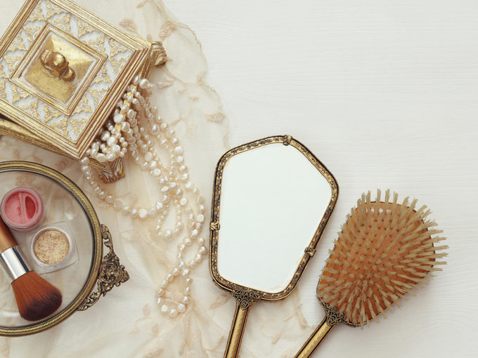 ヘアアクセサリー箱と鏡、クシ
