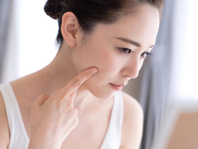 肌の調子を気にする女性の画像