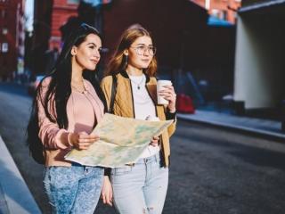散歩している女性たちの画像