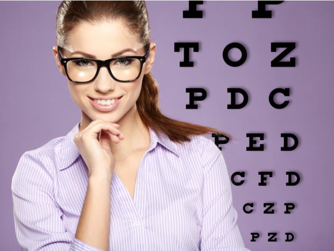 メガネをかけている女性の画像