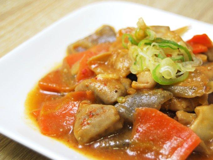 お皿に移した「国産豚のピリ辛もつ煮」のアップ画像