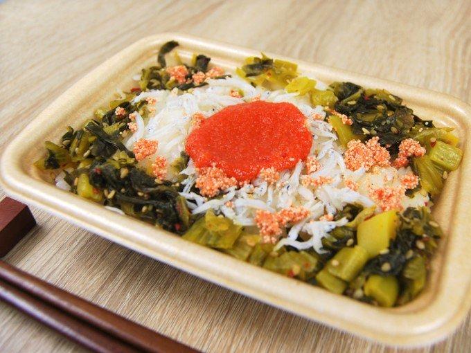 容器のふたを外した「青高菜と明太しらすごはん」のアップ画像