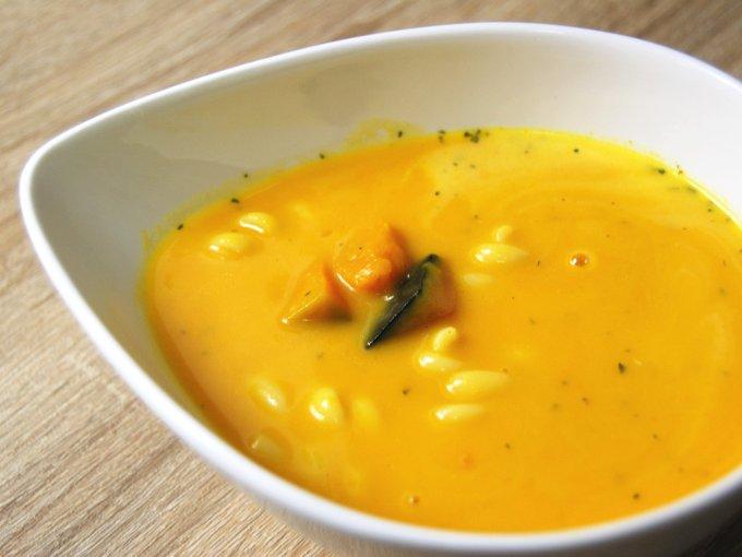 お皿に移した「北海道産かぼちゃのスープ」のアップ画像