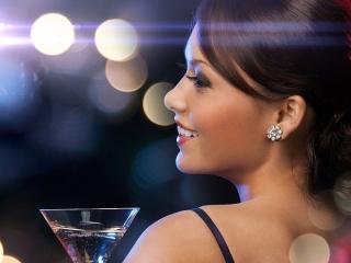 カクテルグラスを持つ女性