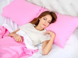 ベッドの腕で寝る女性