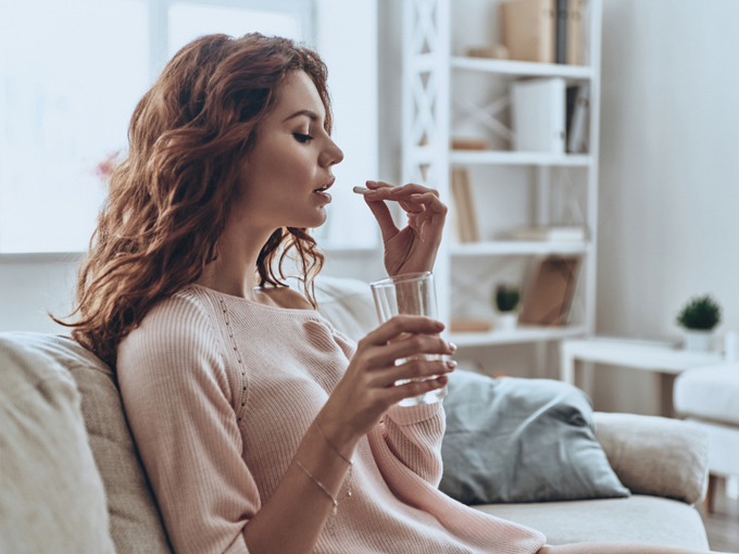 サプリメントを飲む女性の画像
