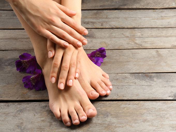 女性の手と足の画像