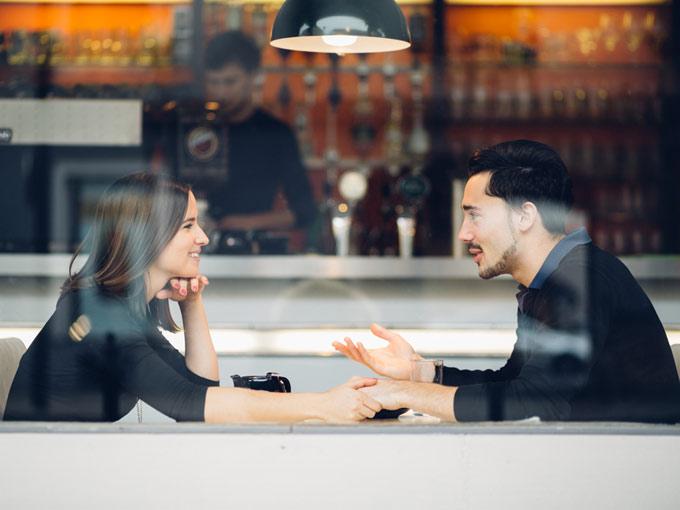 喫茶店でカップルが話をしている画像