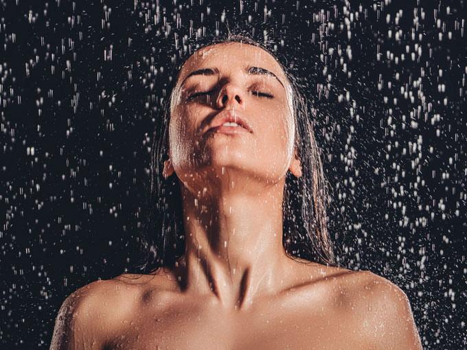 シャワーを浴びる女性の画像