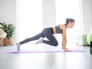 トレーニング中の女性の画像
