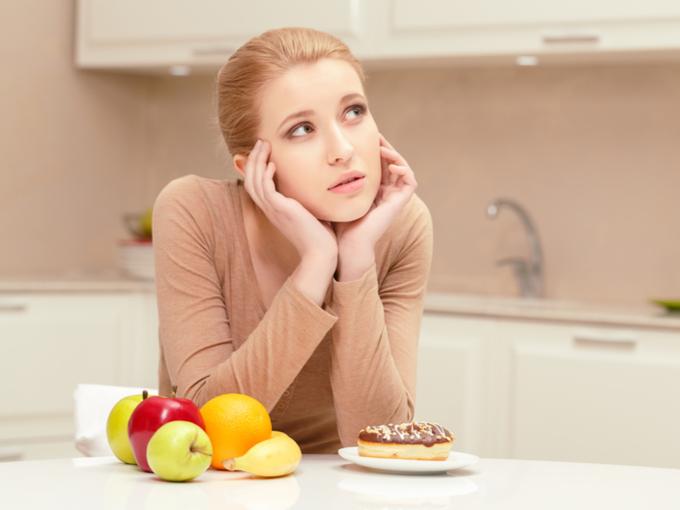 食べものを前に考えごとをする女性