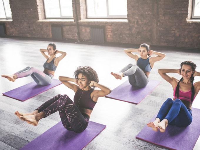 トレーニングする女性たちの画像