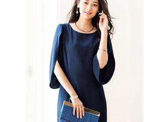 チューリップ袖デザインワンピースを着た女性