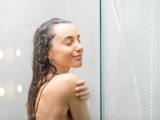 シャワーのを浴びている女性の画像