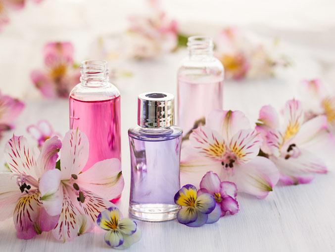 ピンクやパープルなど色のついたアロマ精油の画像