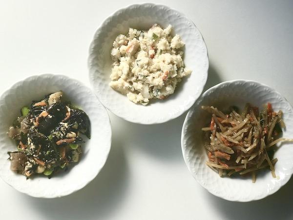 冷凍総菜3種を小鉢にあけたところ