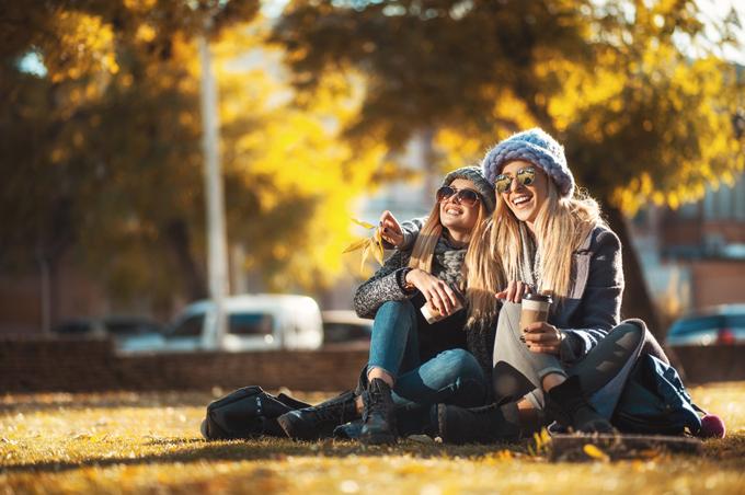 秋服に身を包む女性の画像