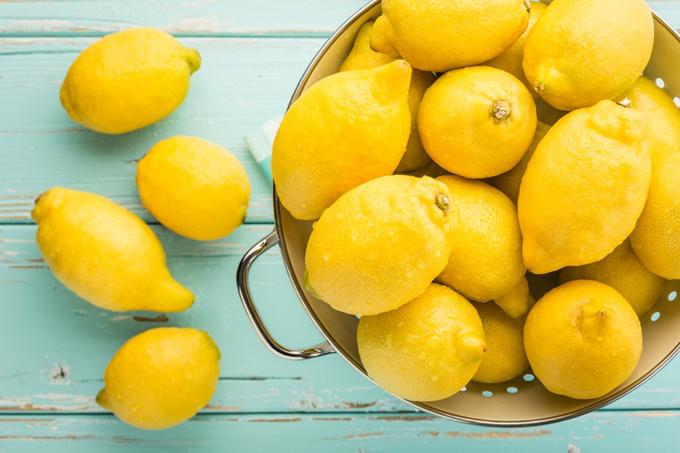 ざるに入っているレモン