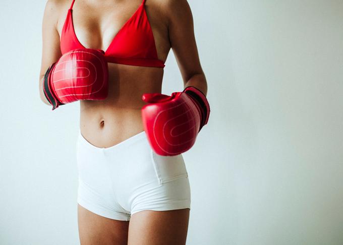 ボクシングをしている女性の画像