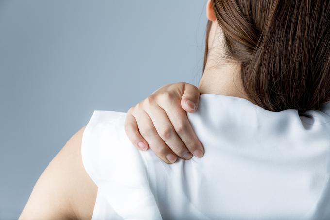 肩に手を当てている女性の画像