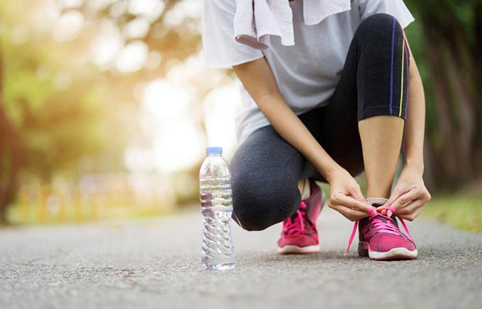 走り出している女性の足元の画像