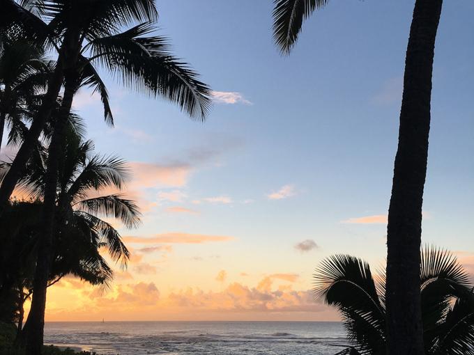 ハワイの夕焼け海の景色