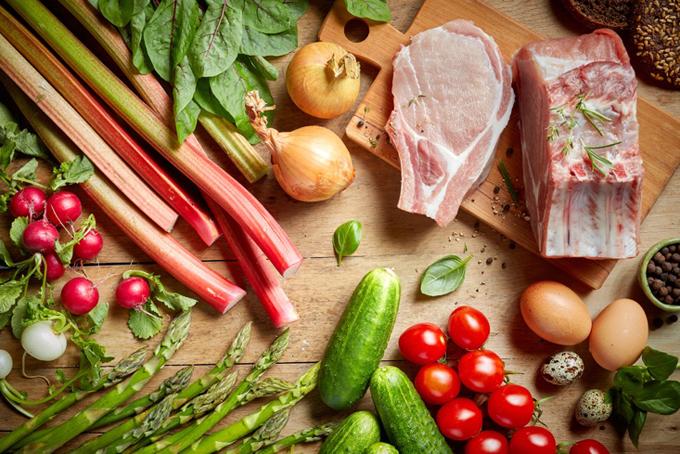 テーブルの上の野菜と肉