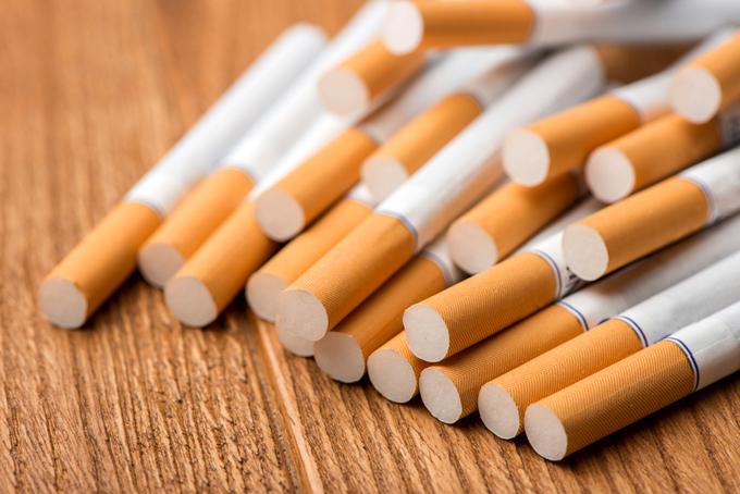 たくさんのタバコが置かれている画像