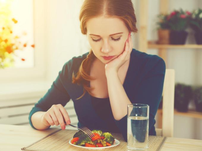 サラダにフォークを刺す女性