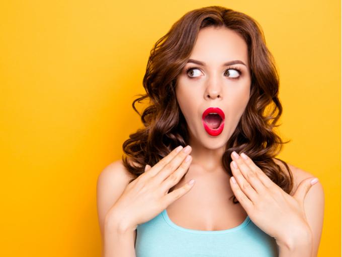 口臭をチェックする女性
