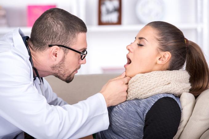 風邪で診察してもらっている女性