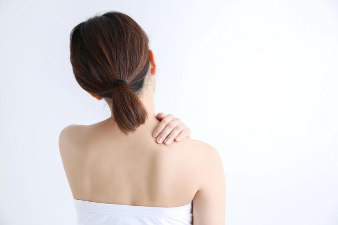 肩に手を置いている女性の画像
