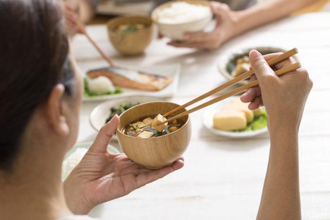 みそ汁を食べる人の画像