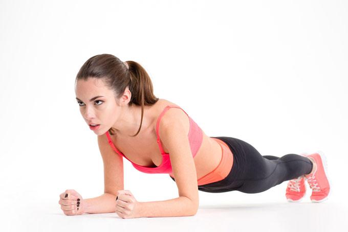 床でトレーニングしている女性の画像