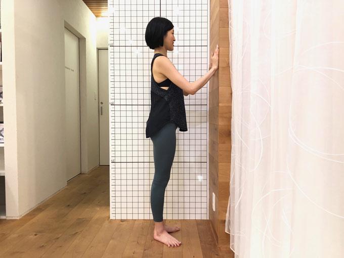 壁際に立つ(image6-2)