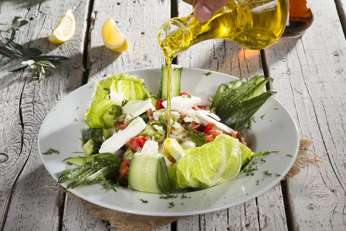 サラダにオイルをかけている画像