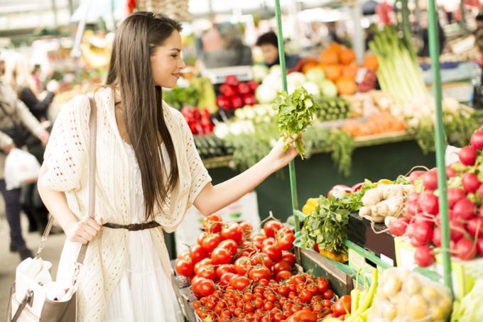 野菜を手にとる女性