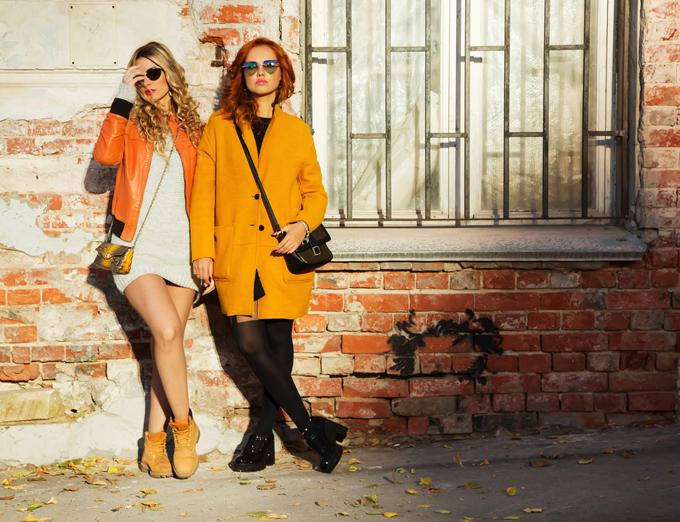 秋カラーの服を着る女性の画像