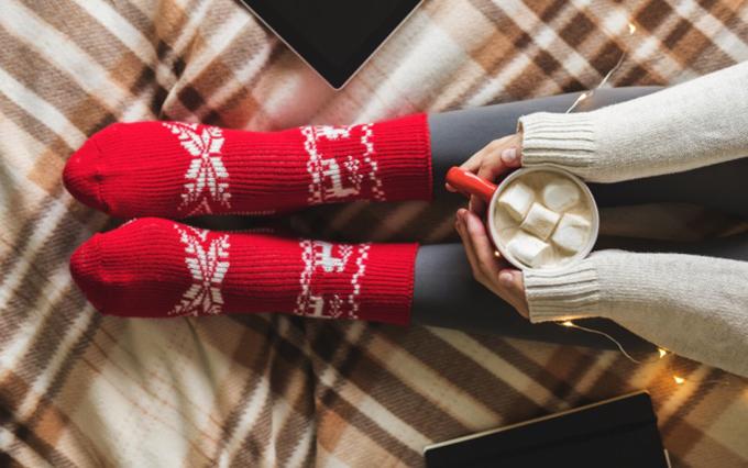 靴下とブランケットと温かい飲み物