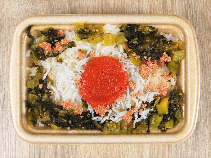 容器のふたを外した「青高菜と明太しらすごはん」の画像