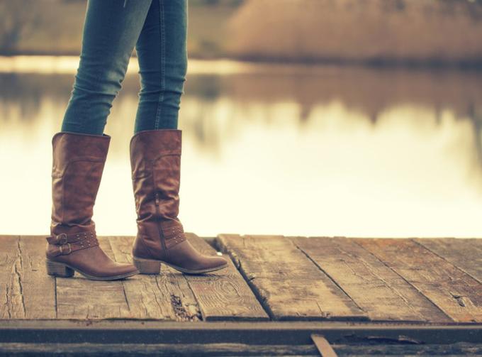 ブーツをはいた女性の足元